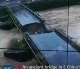immagine cina ponte di 480 anni portato via dallacqua video