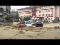 Alluvione ad Ankara, l'acqua trascina via tutto