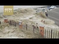 """Onda """"tsunami"""" del fiume Qiantang trascina via decine di turisti"""