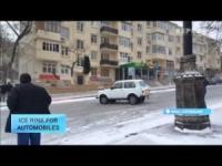 Baku: strada come pista di pattinaggio. Traffico nel caos, pulman in testacoda