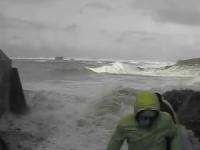 Francia: coppia di anziani travolta dal mare in tempesta. Immagini drammatiche!