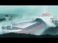 Nave in balia della tempesta si disintegra sugli scogli. VIDEO PAZZESCO!