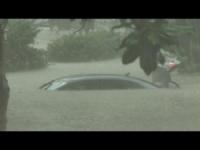 Drammatiche inondazioni colpiscono la Louisiana: giornalista in mezzo al diluvio
