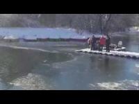 Si tuffa nel lago ghiacciato per salvare il cane. Ecco come è finita!