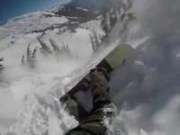 Snowboarder travolto da una valanga. Video mozzafiato!