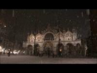 Lo spettacolo di Venezia in notturna sotto la neve