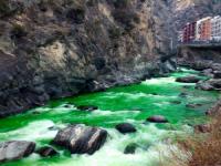 Pirenei: fiume Valira diventa verde fosforescente. Incredibile