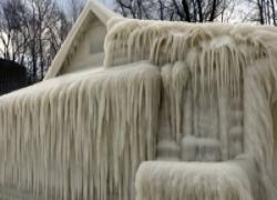 Webster, New York: sì, è una casa completamente ghiacciata. Senza parole...