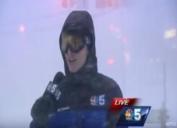 Giornalista nel bel mezzo del blizzard, presso Plattsburgh (New York)
