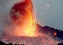 Momento in cui Etna esplode, panico e feriti: troupe BBC colpita da lapilli