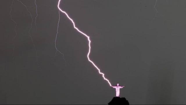 immagine articolo rio de janeiro fulmine su statua del cristo redentore foto incredibile