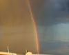 Foto incredibile, ma è vera? Aereo transita su arcobaleno e colpito dal fulmine!