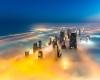 """Dubai sembra """"galleggiare"""" sul mare di nebbia: atmosfera surreale, le foto"""