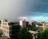 Australia: fulmine si abbatte su edificio mentre filma il temporale