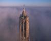 In volo con il drone appena sopra nubi e nebbia: immagini da favola