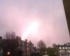 Potente fulmine colpisce aereo a Londra, grande shock: il video eccezionale
