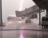 Potente fulmine colpisce aereo e s'infiamma: le immagini dell'accaduto