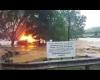 Casa in fiamme trascinata via dal fiume in piena: si schianta su un ponte!