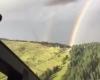 Elicottero entra dentro l'arcobaleno nelle Dolomiti: uno spettacolo unico
