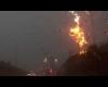 Attimi di terrore: fulmine si abbatte su palo della luce a due passi dall'auto!
