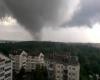 Tornado distrugge case in Russia: tetti scoperchiati, vola tutto. I video