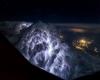 Spettacoli del cielo visto dall'alto: dalla tempesta di fulmini alle aurore