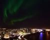 Reykjavik, luci della città spente per osservare l'aurora boreale