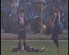 Giocatore di calcio colpito in pieno da fulmine in campo: video da brivido