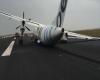Aereo atterra senza mezzo carrello: video momenti di vero terrore a bordo