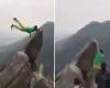 Follia in cima alla montagna: scivola sul precipizio. Video impressionante