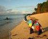 Inquinamento oceani: in Africa infradito trasformate in opere d'arte