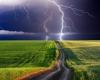 Inghilterra: vecchio trattore messo in moto e in movimento da un fulmine