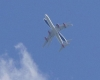 Due aerei rischiano collisione uno sopra l'altro. O è solo effetto ottico?