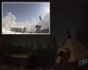 Meteora illumina a giorno il paesaggio notturno innevato in Lapponia