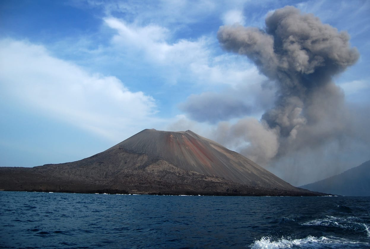 iStock 625433996 - Anak Krakatoa: lo tsunami era alto ben 150 metri
