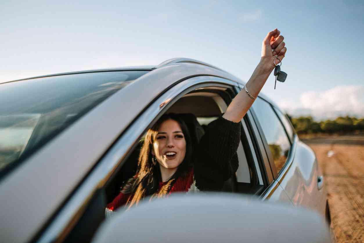 ragazza alla guida - Neopatentati: finalmente l'autonoleggio per voi