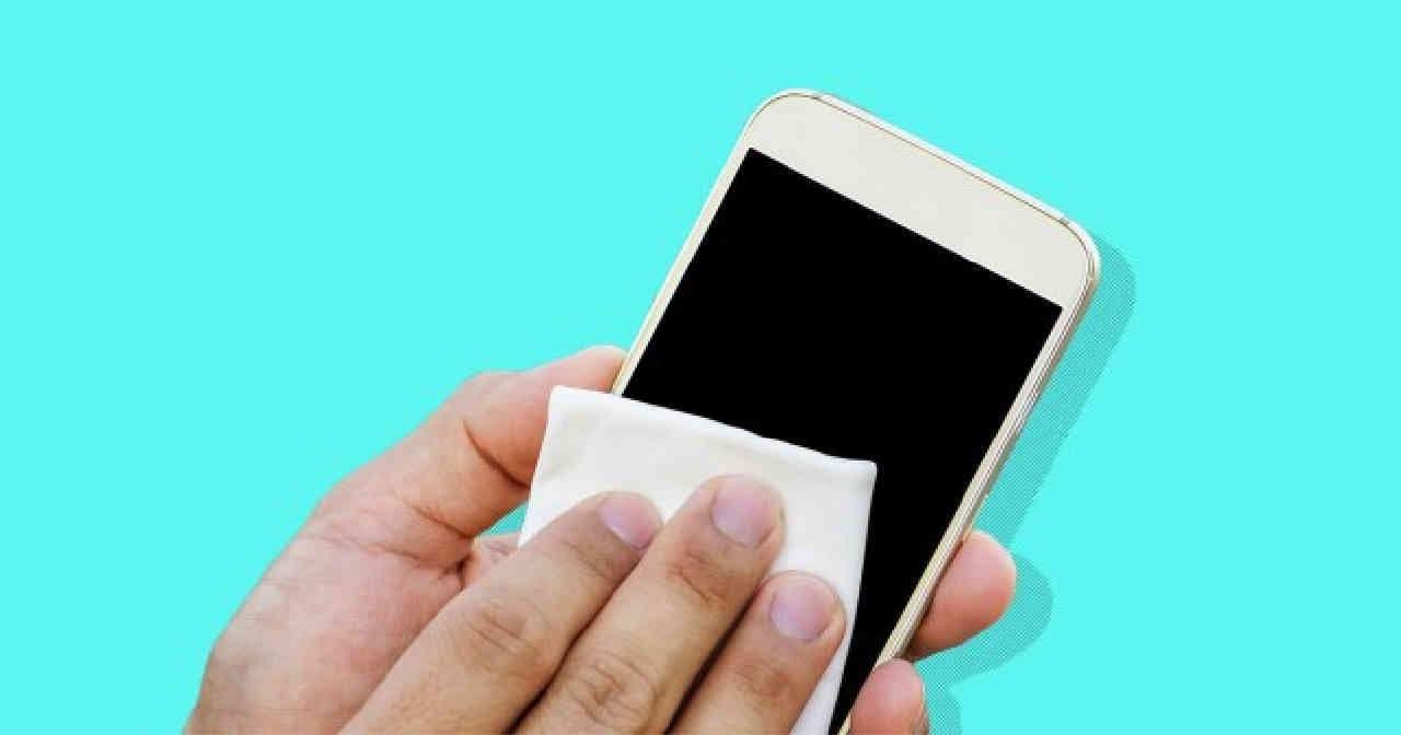 smartphone coronavirus - Coronavirus, importantissimo pulire lo smartphone: ma come?