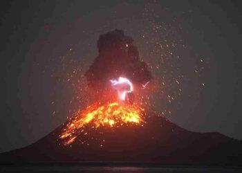 anak krakatoa 350x250 - Krakatoa si risveglia, eruzione impressionante: video dell'esplosione