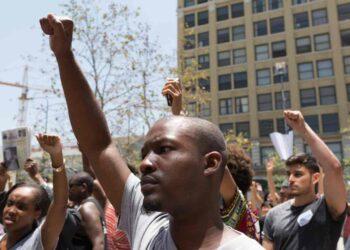 afroamericano ucciso da poliziotto bianco 350x250 - Usa, afroamericano ucciso da poliziotto bianco: è l'ennesima strage contro la popolazione