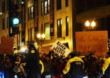 iStock 520938766 350x250 - Usa, afroamericano ucciso da poliziotto bianco: è l'ennesima strage contro la popolazione