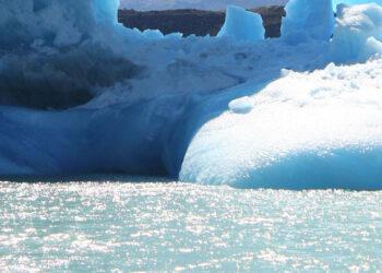 glacier 350x250 - Alaska, ghiacciaio collassa davanti ai turisti. Paura dell'onda di tsunami