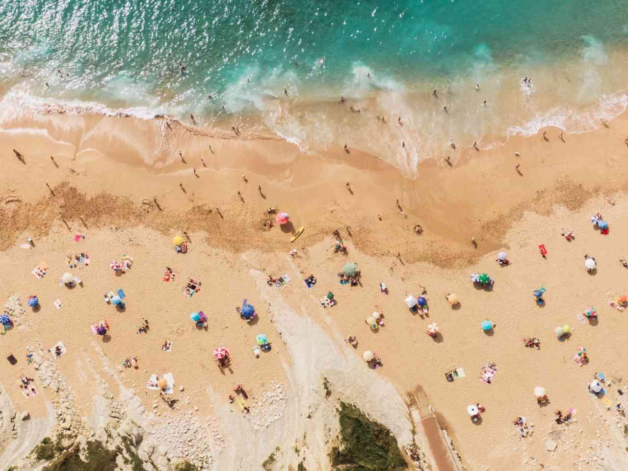 iStock 1221389907 - Coronavirus, nelle spiagge distanza di sicurezza anche in acqua e mascherina
