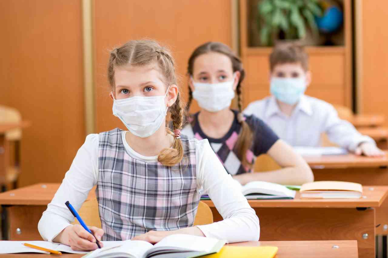 """iStock 178106824 - Coronavirus e scuola, Azzolina: """"Sì al plexiglass nei banchi"""""""