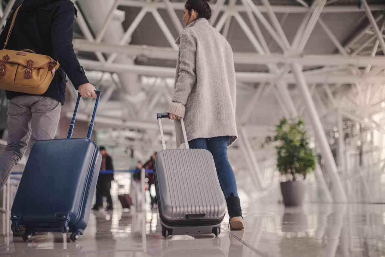 iStock 909333156 - Viaggi in aereo, scatta il divieto del bagaglio a mano: i dettagli