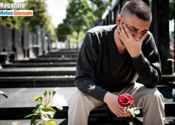 giovane in lutto per la perdita di un suo caro per covid 350x250 - Perché il coronavirus si diffonde molto facilmente nei mattatoi?