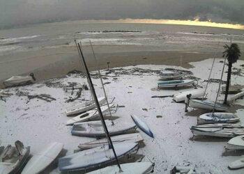 La foto mostra un tratto di spiaggia di San Benedetto del Tronto al primo mattino del 27 novembre 2013