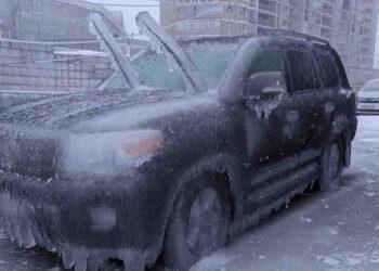 Le auto ricoperte dalla pioggia congelata