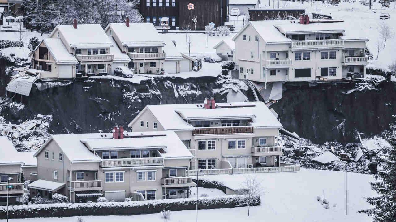 Gjerdum - Frana gigantesca in Norvegia, case inghiottite nella voragine. Il video