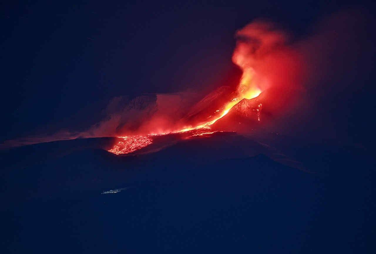 etna - Etna torna a dare spettacolo: esplosioni, boati e fontane di lava. Il video