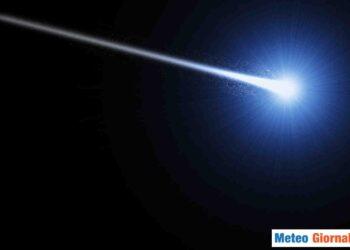 Asteroide che entra in contatto con l'atmosfera terrestre.